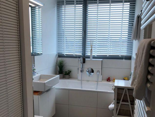 Badezimmer mit Badewanne und Wellnessdusche