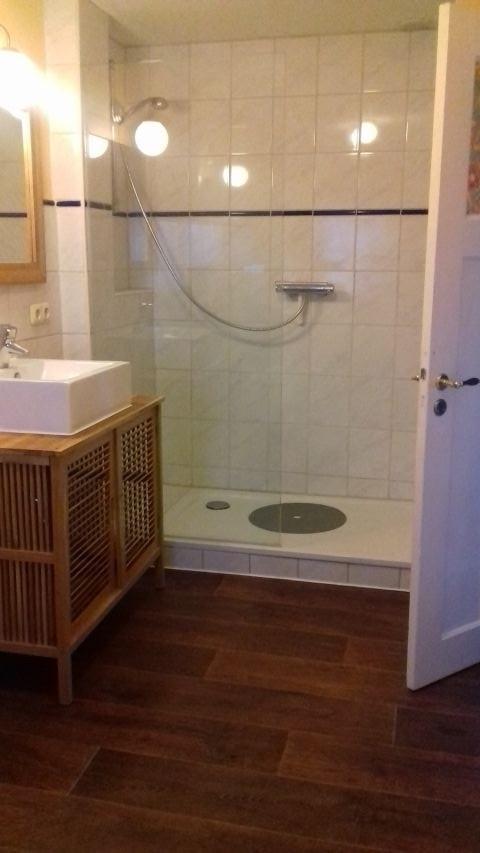 Die große Dusche im renovierten Bad.