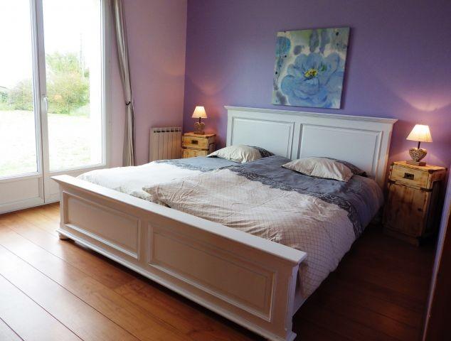 Das Schlafzimmer mit großem Bett 180x200 mit 2 Einzelmatratzen, großem Dressing und Zugang direkt in den Garten.