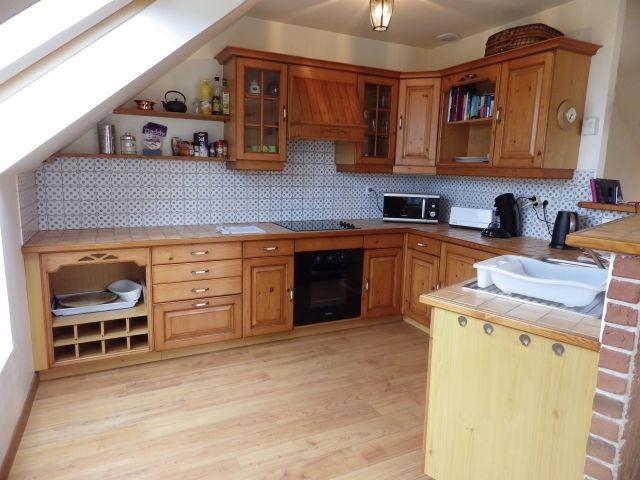 Die offene Küche mit viel Arbeitsfläche und einer kompletten Ausstattung.