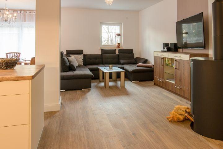 großer Wohnraum mit offener Küche und Esstisch