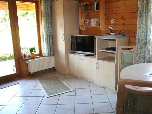 Fernsehecke im Wohnbereich mit Blick auf die Terrasse