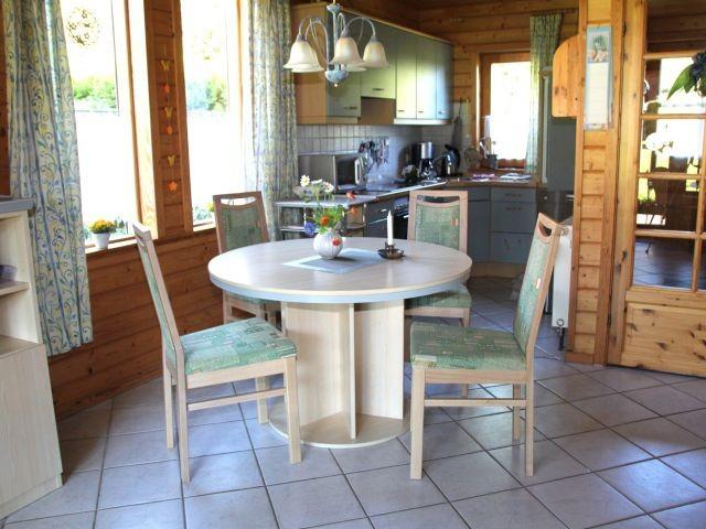Essbereich im Wohnraum mit Blick in die Küche