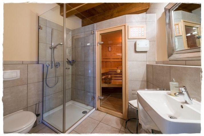 Badezimmer mit Sauna im Erdgeschoss