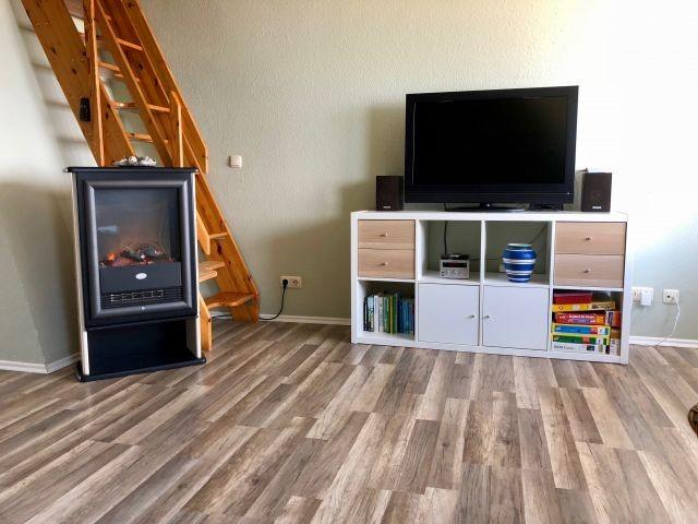 TV und Treppe ins Dachgeschoss