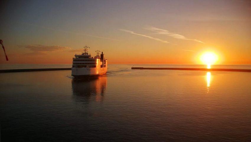 Fährschiff bei Puttgarden im Abendrot