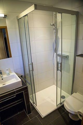 Duschbad im Erdgeschoss mit ebenerdiger Dusche