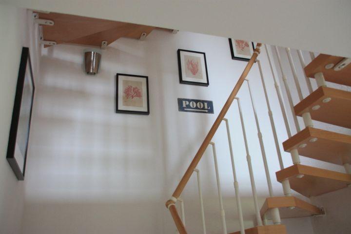 Treppauf ins Obergeschoss zu zwei weiteren Schlafzimmern sowie Bad mit Sauna