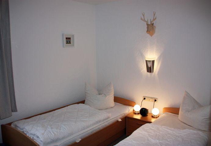 Gemütliches Schlafzimmer im Erdgeschoss mit zwei Einzelbetten á 90 x 200 cm