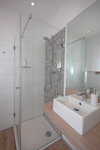 Badezimmer mit Dusche im Erdgeschoss sowie im Obergeschoss