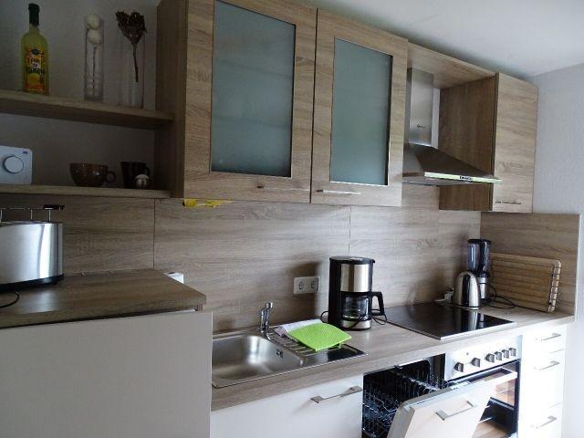 Küche mit Tür auf den Balkon