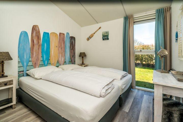 Schlafzimmer 2 mit 2 Boxspringbetten und Kleiderschrank