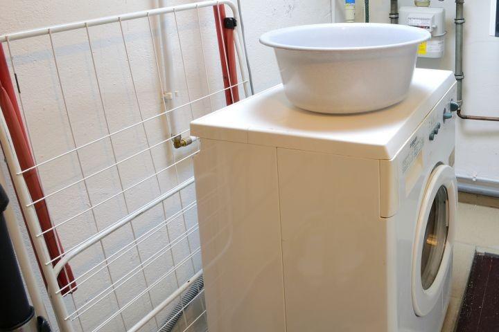 Hauswirtschaftsraum mit Waschmaschine im Haus