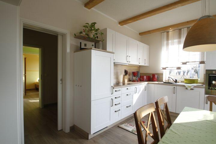 gemütlich Landhausküche mit Blick in denAbstellraum