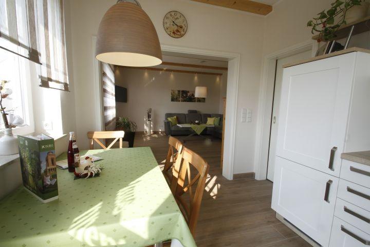 Blick aus der Küche in das angrenzende Wohnzimmer