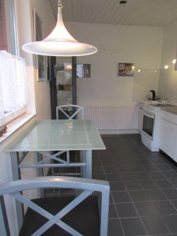 Küche mit Bistrotisch und Stühlen