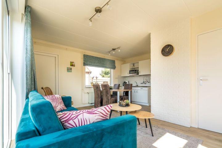 Das Wohnzimmer mit Sitzecke und Essecke