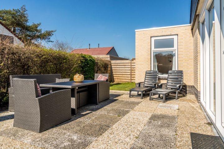 Die sonnige Terrasse mit Lounge-Ecke und Liegen