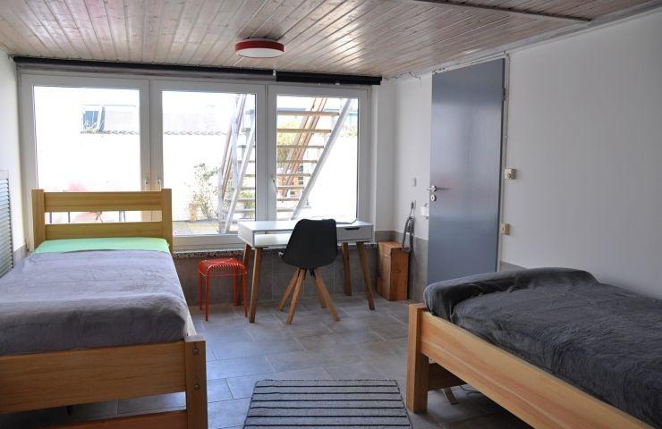 Schlafzimmer mit zwei Einzelbetten im EG