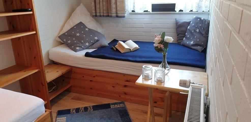 Schlafzimmer mit zwei Einzelbetten - Bett 2
