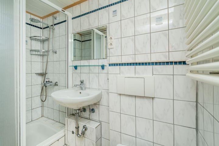 Badezimmer 2 mit Dusche, Waschbecken und Toilette