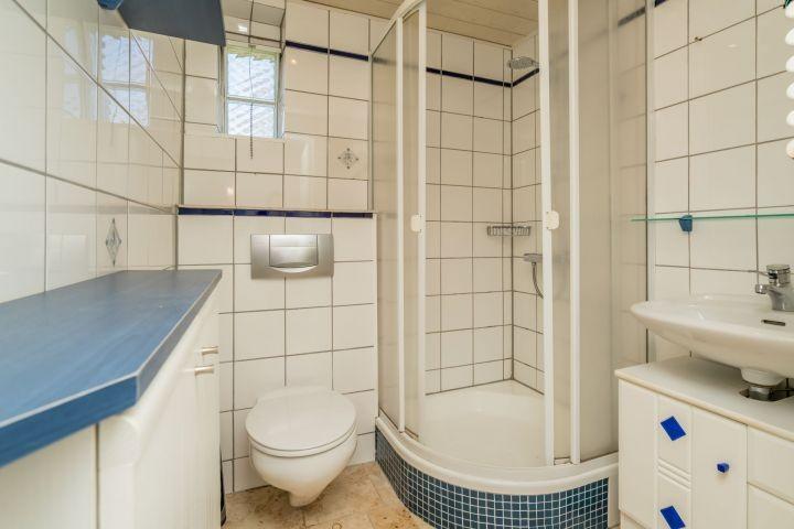 Badezimmer 1 mit Dusche, Waschbecken und Toilette