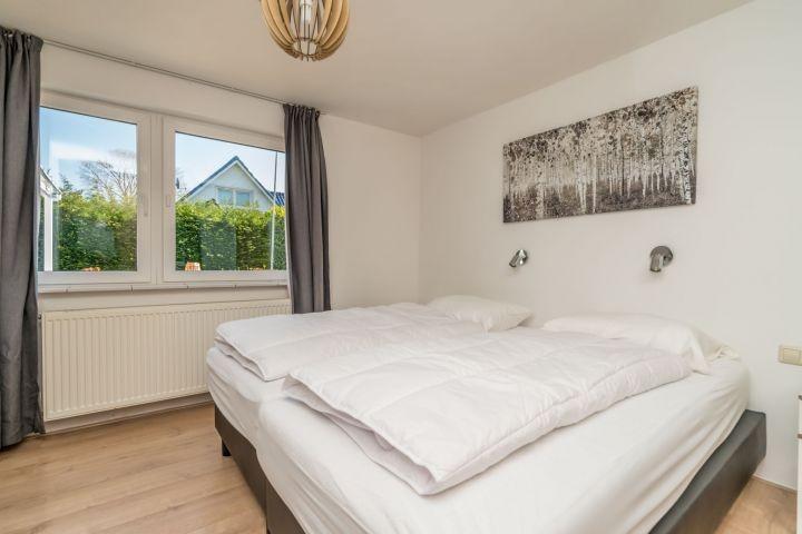 Schlafzimmer 1 mit Boxspringbetten und Kleiderschrank