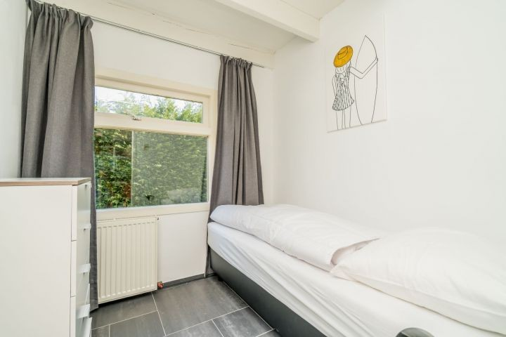 Schlafzimmer 3 mit 1 Einzelboxspringbett und Kommode
