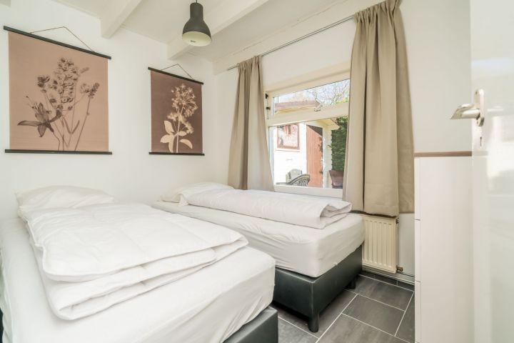 Schlafzimmer 2 mit 2 Einzelboxspringbetten und Kommode