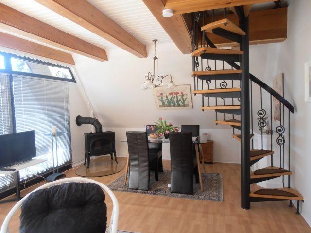 Essbereich mit Ofen und Wendeltreppe nach oben