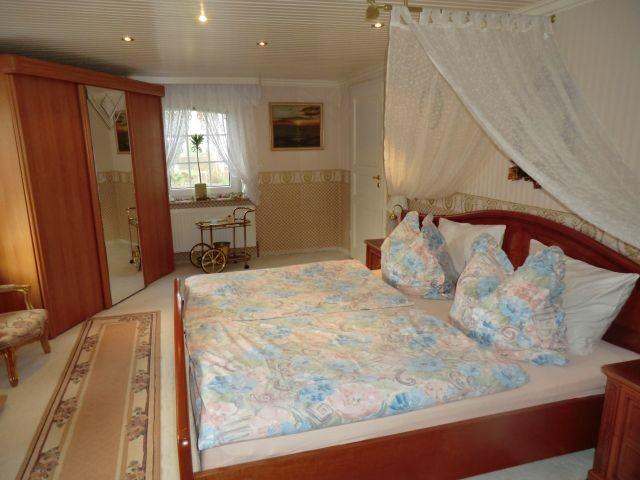 Schlafzimmer mit direkten Zugang zum Badezimmer