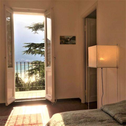 Appartement Breva: Wohnzimmer mit Balkon und Seesicht