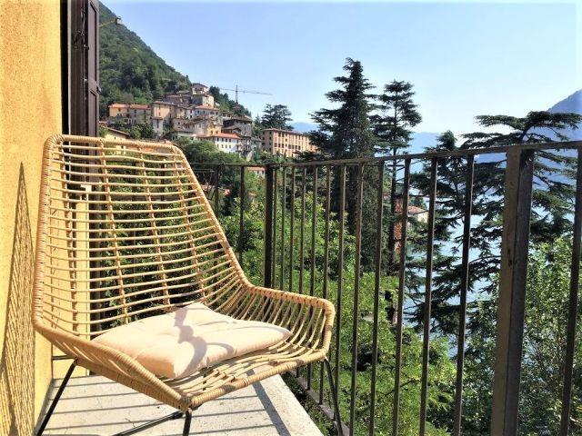 edes Appartement hat ein grosses Balkon mit weiten Seesicht