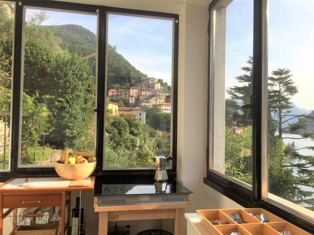 Appartament Breva:  Kueche mit Blick auf See und Dorf
