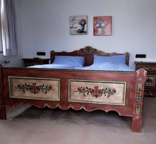 Bettanlage mit Hand bemalten Möbeln von Voglauer, Zimmer 1
