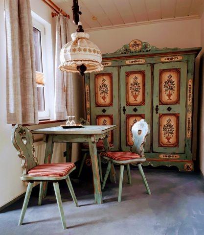 Beispiel einer Sitzecke mit Hand bemalten Voglauer Möbeln, Zimmer 2