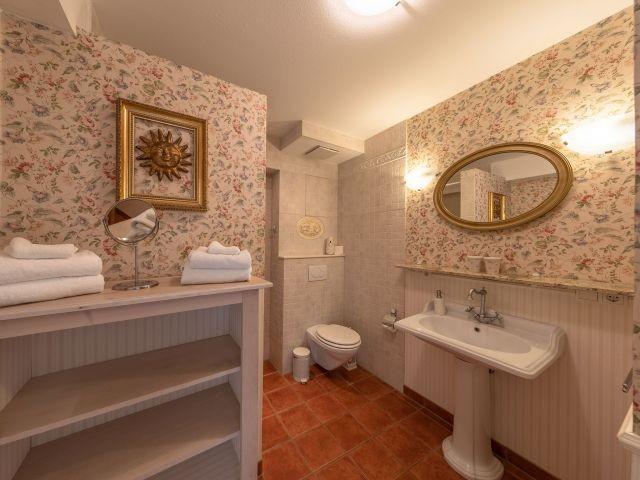 Badezimmer im Laura-Ashley Design