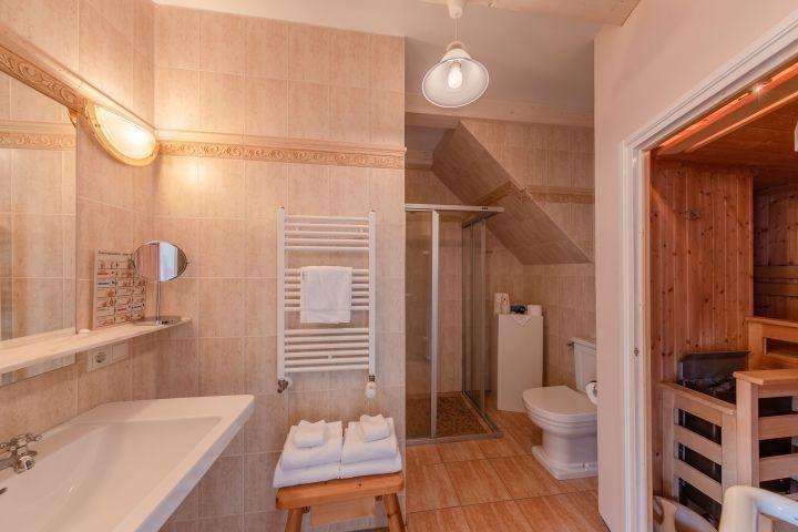 Badezimmer mit eingebauter Sauna