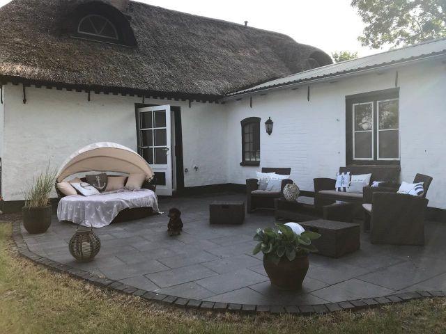 Terrasse mit Loungemöbeln