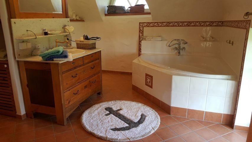 ensuite-Bad mit Wanne und WC im OG