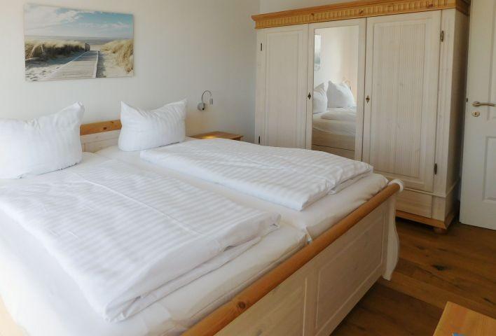 Gemütliches Schlafzimmer mit Kleiderschrank