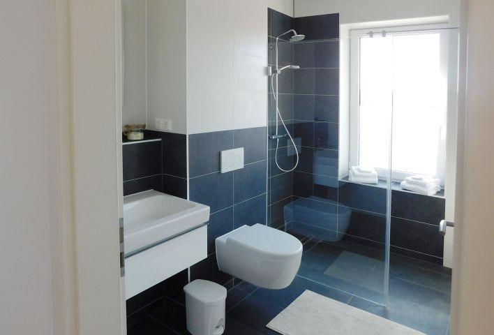 Zweites Badezimmer mit Walk-In-Dusche