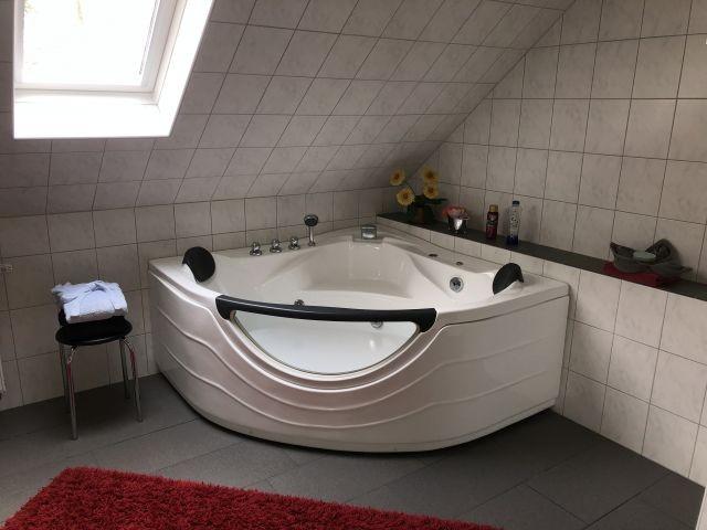 Großes Bad mit Whirlpool