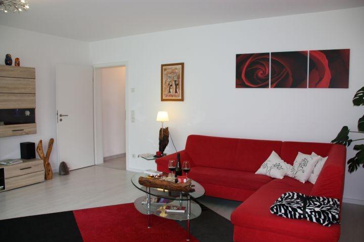 Wohnzimmer Sofa neben Schrankbett und großer Fensterfront