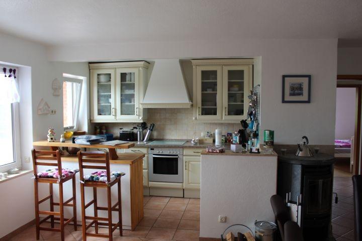 Küche mit Essbar und Kaminofen