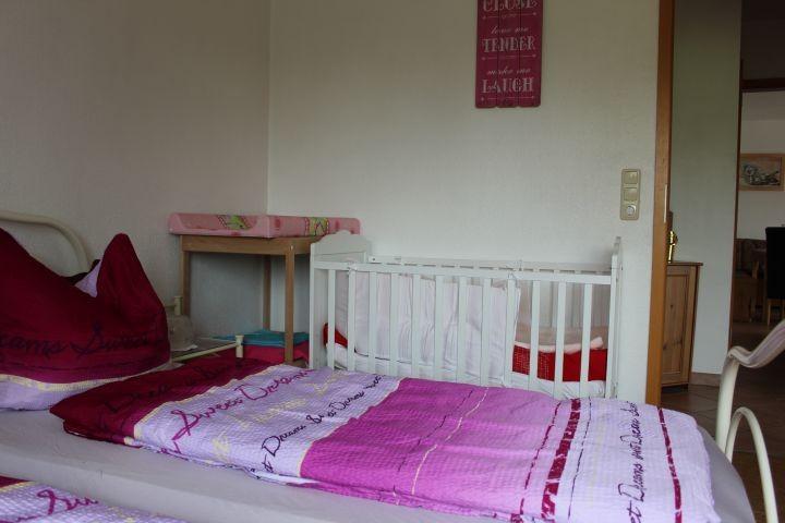 Wickeltisch und Babybett