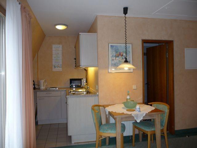 abgetrennter Küchenbereich mit Eßplatz