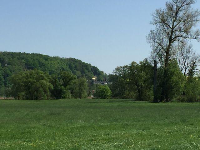 Blick auf das Haus vom Fahrradweg aus