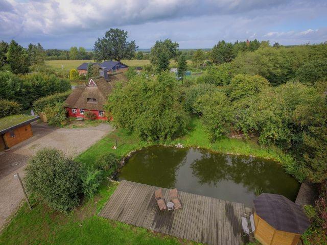 Grundstück, Haus und See aus der Luft
