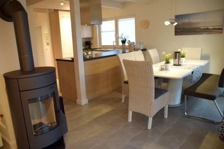 Blick vom Wohnzimmer zum Essbereich und Küche